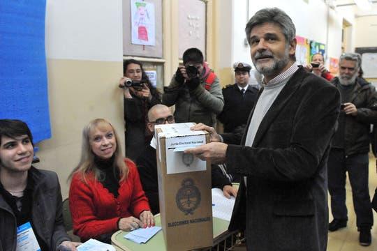 El precandidato a senador del Frente para la Victoria porteño por la Ciudad, Daniel Filmus, emite su voto en la Escuela 7 Marcos Sastre, del barrio de Colegiales.. Foto: Télam