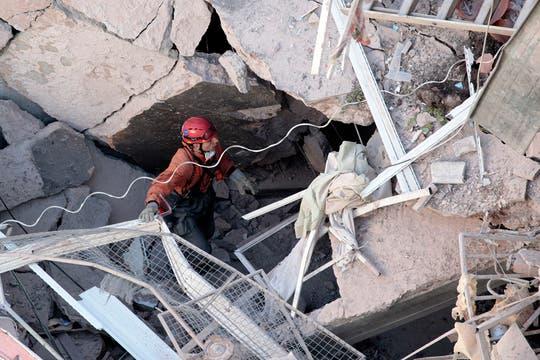 En el tercer día de búsqueda, bomberos y rescatistas, junto a perros especialmente entrenados, buscan vida entre los escombros. Foto: AP