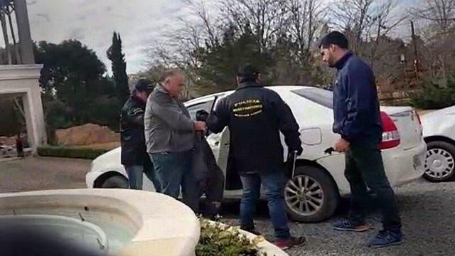 El momento en que Jorge Omar Castillo es llevado detenido, en Luján