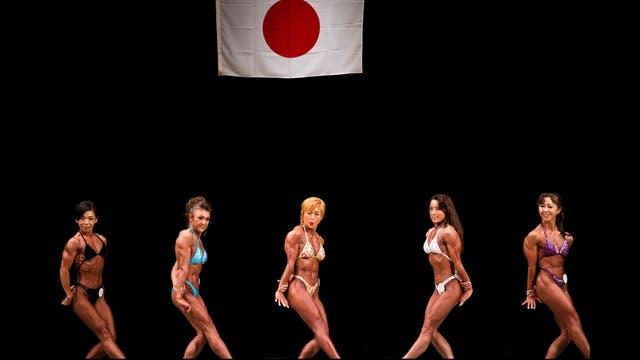 (de izquierda a derecha) Naoko Imamura, Eriko Shimizu, Satoko Yamanouchi, Tamako Atago y Toshie Yuzawa compiten en los campeonatos de culturismo de Japón, en Tokio