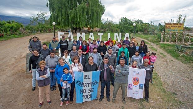 Vecinos del acampe en uno de los accesos a Famatina. Foto: LA NACION / Diego Lima / Enviado Especial