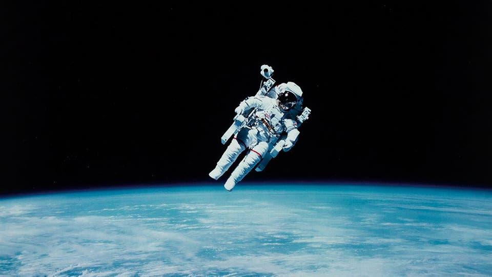 Bruce McCandless II realiza el primer paseo espacial sin ataduras en 1984. Foto: NASA