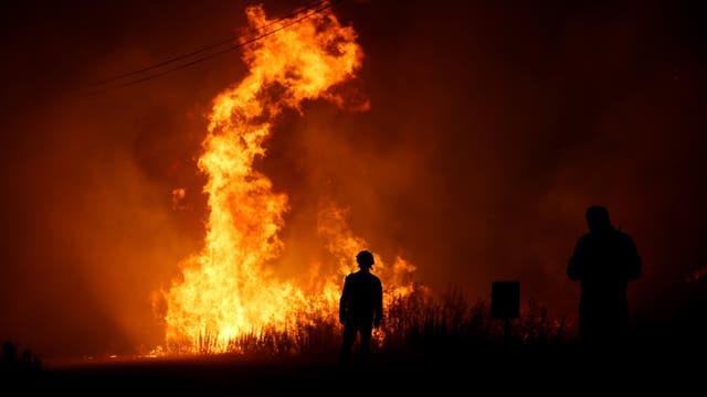 Los bomberos combaten el fuego en Macao, Portugal