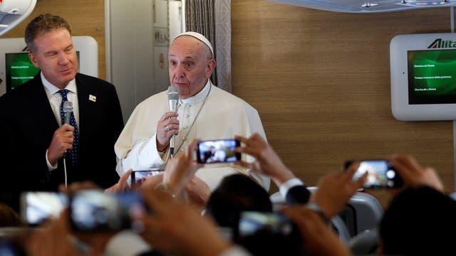 El Papa Francisco durante el vuelo a Colombia, hablando con periodistas. Foto: AP / Andrew Medichini