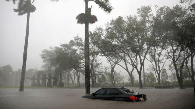 Algunos autos no lograron escapar de la inundación y quedaron sumergidos en el agua