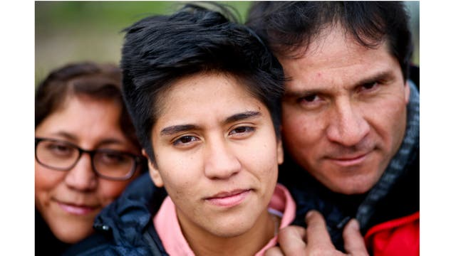El niño transgénero Tobías, de 16 años, posa para un retrato con sus padres Paulina y Carlos en un parque en Santiago, Chile.