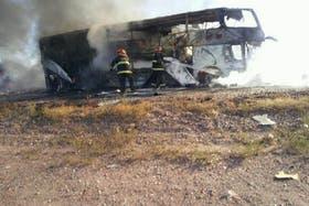 Un camión chocó de frente a un colectivo en Mendoza