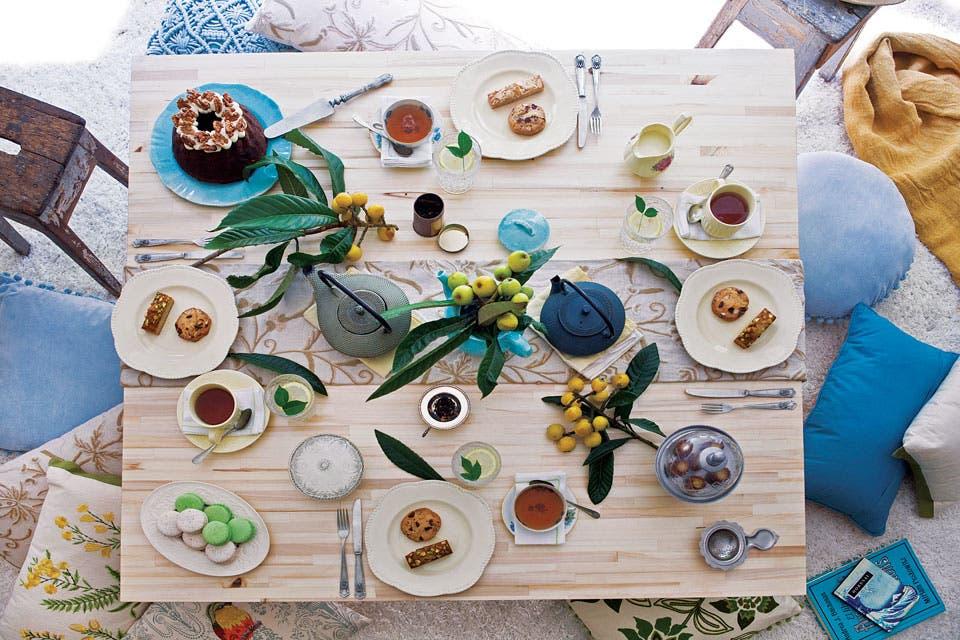 Qué suerte que estaban maduros los nísperos, antigua fruta originaria de Japón. En esta y cada mesa, la idea es estar atento a lo que la estación ofrece. El toque artesanal de los bordados transmite toda su calidez en patrones botánicos.  Foto:Living /Santiago Ciuffo