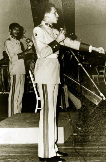 En abril de 1971 recibe una daga en la ceremonia al entrar a la academia militar. Foto: AP