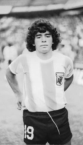 Diego y su debut: la melena enrulada, el rostro que delata los 16 años y el número 19