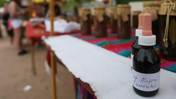Los frascos con gotero que contienen el brebaje cannábico, en un puesto de la feria de San Marcos Sierras