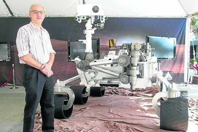 El ingeniero argentino Miguel San Martín, junto al robot antes de ser lanzado en 2011