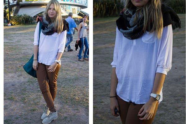 Camisola blanca, calzas marrones y borcegos. Para la caida del sol, un foulard con mucha onda. Foto: Agustina Ferreri