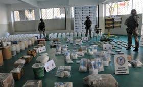 El Grupo Especial de Operaciones Federales vigila el cargamento de droga y precursores secuestrado