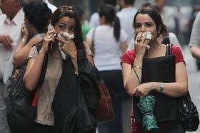 Los porteños soprendidos por el mal olor se protegen con pañuelos y barbijos