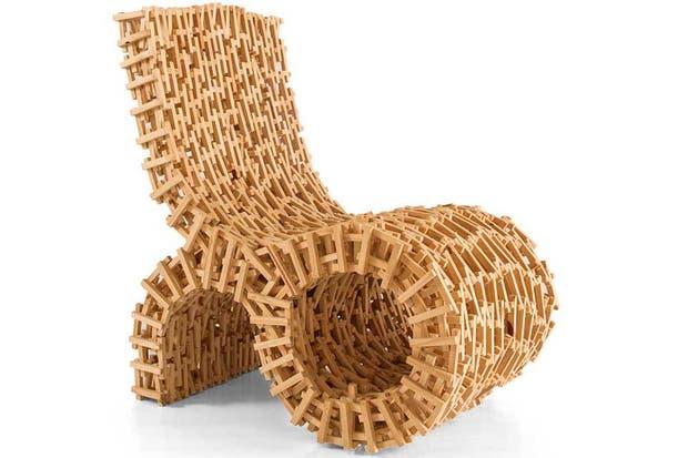 Sillón sustentable realizado con pequeños listones de madera. Foto: www.feriapurodiseno.com.ar