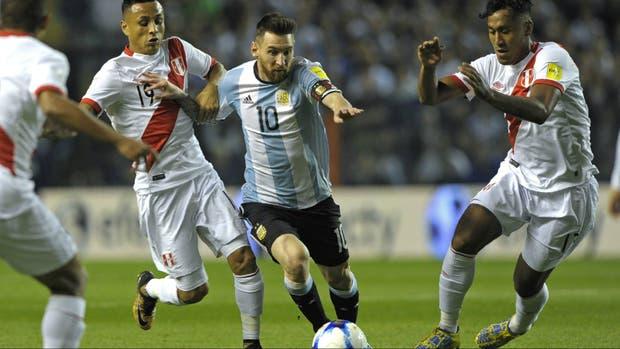 Rodeado: Messi busca abrirse paso entre tres rivales