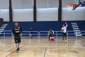 Delfino en acción junto Campazzo y Ginóbili