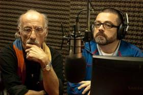 Carlos Mendes (izq.) en una entrevista radial con el periodista Gustavo Pecoraro