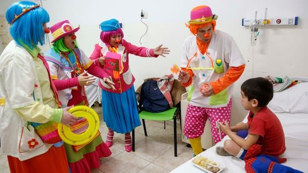 La Dra. Mireta Beta comanda el grupo de payamédicos que visita a los chicos internados en el Hospital Municipal de Pediatría Federico Falcón, en Del Viso