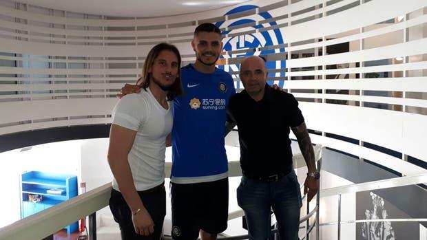 Sampaoli y Beccacece con Icardi en Milan