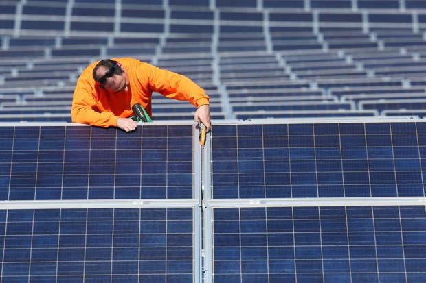 Un técnico revisa la instalación de un panel solar en España