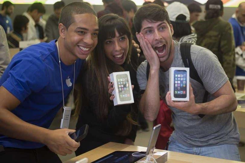 Dos compradores australianos en el primer día de ventas del iPhone 5S. Foto: Reuters