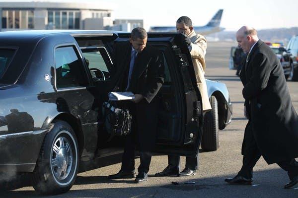 Un agente del Servicio Secreto de los Estados Unidos se acerca ayer a Barack Obama para levantar del piso la BlackBerry del futuro presidente