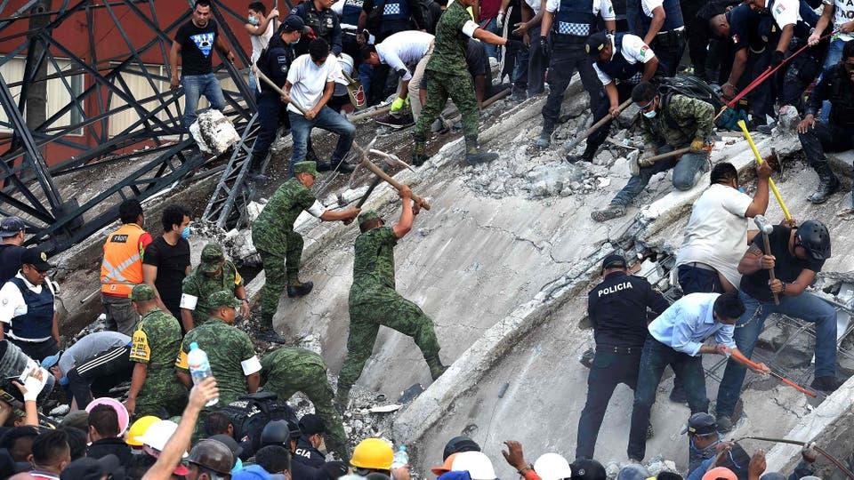 Al empezar a sentirse el movimiento la gente salió corriendo de los edificios, en breves se pudo ver el estado de pánico entre las personas que se abrazaban y lloraban. Foto: AFP