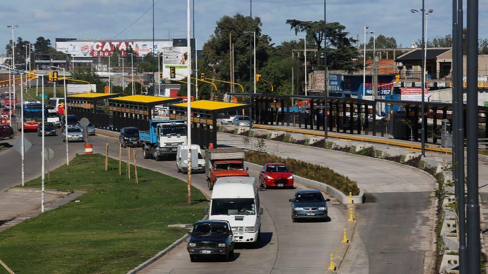 El sistema de carriles exclusivos para colectivos abarca 16 kilómetros a lo largo de la RN3. Foto: LA NACION / Ricardo Pristupluk