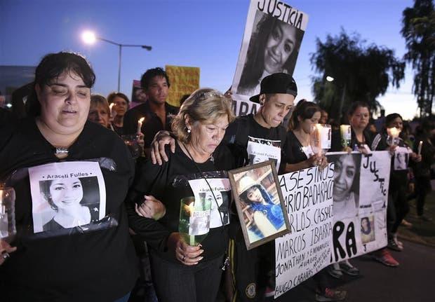 Mónica Ferreyra, en el centro, acompañada por sus familiares, en la primera fila de la marcha por su hija