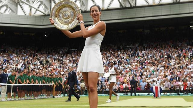 Muguruza con su título de Wimbledon