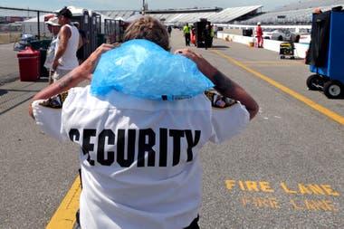 Un guardia de seguridad se refresca durante la carrera de Nascar en Loudon, New Hampshire