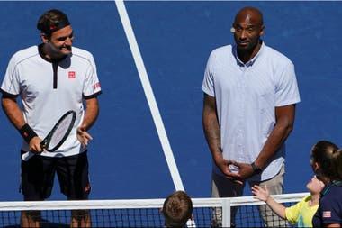 Roger Federer junto a Kobe Bryant, en el sorteo previo a su partido con Daniel Evans, que el suizo, mucho más descansado, ganó en tres sets.