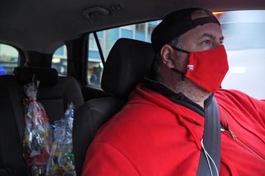 El ingeniero chileno Pablo Martínez conduce su automóvil para entregar regalos personalizados como parte de una nueva empresa que comenzó con su esposa después de ser despedido de su trabajo debido a la pandemia de coronavirus en Santiago el 20 de junio de 2020