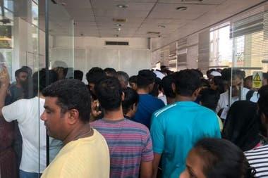 El Centro Nacional de Sangre de Colombo se llenó de personas dispuestas a donar con el fin de socorrer a las víctimas que necesitan transfusiones
