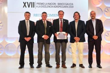 Alejandro Petek, presidente de Aapresid, con el reconocimiento para la entidad