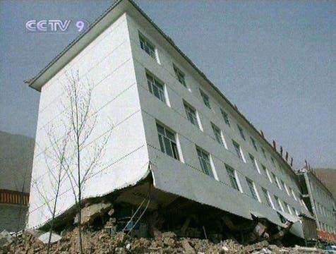 Imagen de la televisión estatal china CCTV muestra un edificio dañado después de un fuerte terremoto en el condado de Yushu en el noroeste de la provincia china de Qinghai. Foto: AFP