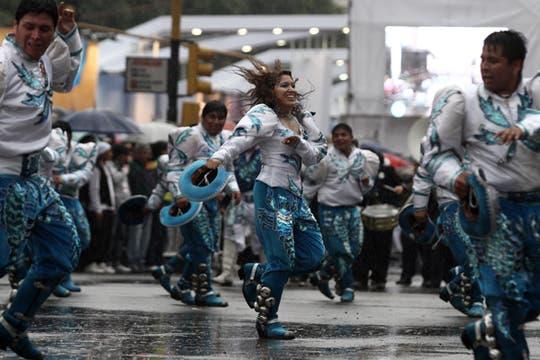 Más de 80 comunidades desfilaron por la 9 de Julio en los festejos del Bicentenario. Foto: LA NACION / Emiliano Lasalvia