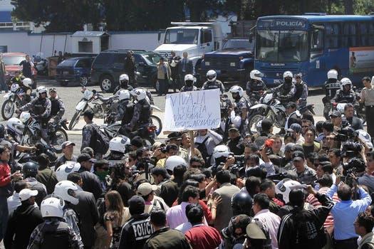 La policía ecuatoriana protesta contra las medidas que tomó el presidente Correa sobre el recorte presupuestario. Foto: Reuters