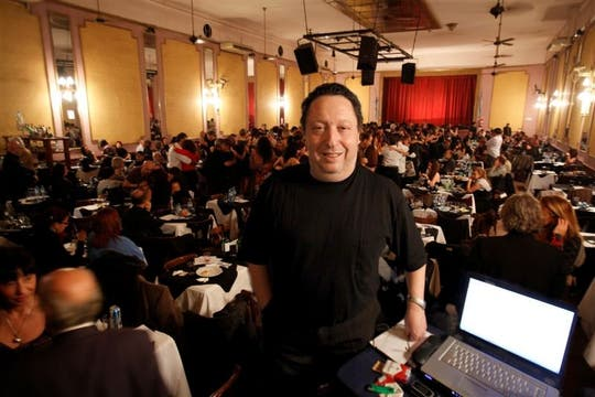 Mario Orlando, con 20.000 tangos en su colección privada anima las pistas más prestigiosas del circuito. Foto: Guillermo Monteleone