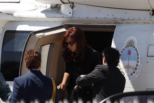 Cristina Kirchner al bajar del helicoptero que la trajo de la Quinta Presidencial junto a sus hijos, para dirigirse a la Casa Rosada. Foto: LA NACION / Rodrigo Néspolo