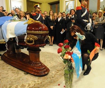 Cristina acomoda las flores durante el velatorio de su compañero de toda la vida. Foto: Presidencia de La Nación