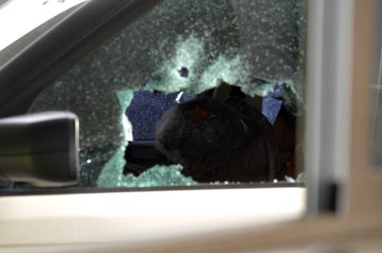 Así quedó la camioneta donde viajaba el cantante. Foto: AFP