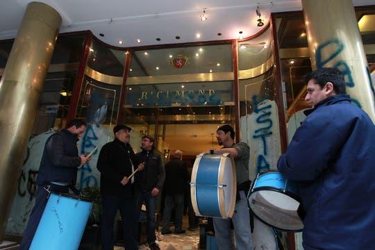 Con bombos los empleados protestaron en la puerta de la confitería. Foto: LA NACION / Aníbal Greco