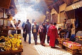 Entre la gente. Paseo por un mercado en Fez, una de las ciudades emblemáticas de Marruecos