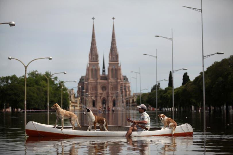 La  crecida del río Luján provocó inundaciones en varios puntos de la ciudad, 1 de noviembre. Foto: LA NACION / Silvana Colombo