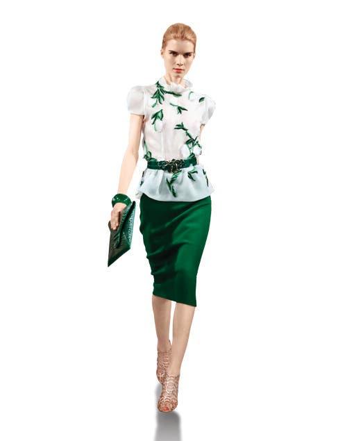 Falda lápiz y blusa con hojas por Oscar de la Renta.