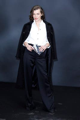 Milla Jovovich también de blanco y negro pero con un sobre plateado. ¿Te gusta su look?. Foto: Chanel Latin America