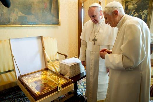 El Papa y el papa emérito, ante una pintura de la Virgen. Foto: AP / L Osservatore Romano
